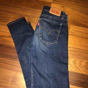 Ett par jätte härliga sköna Levis jeans! Super fina att matcha till en färgglad hoddie eller någon enkel T-shirt. Jätte fina nu på sommarn. Kostar ord pris ca: 1000kr