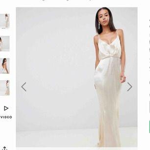 SÖKER!!!!! Skulle bli sååå glad om någon av er har denna klänning hem och vill bli av med den !! Hör av eeeer😍😍😍 skriv även till mig om ni har en liknande klänning