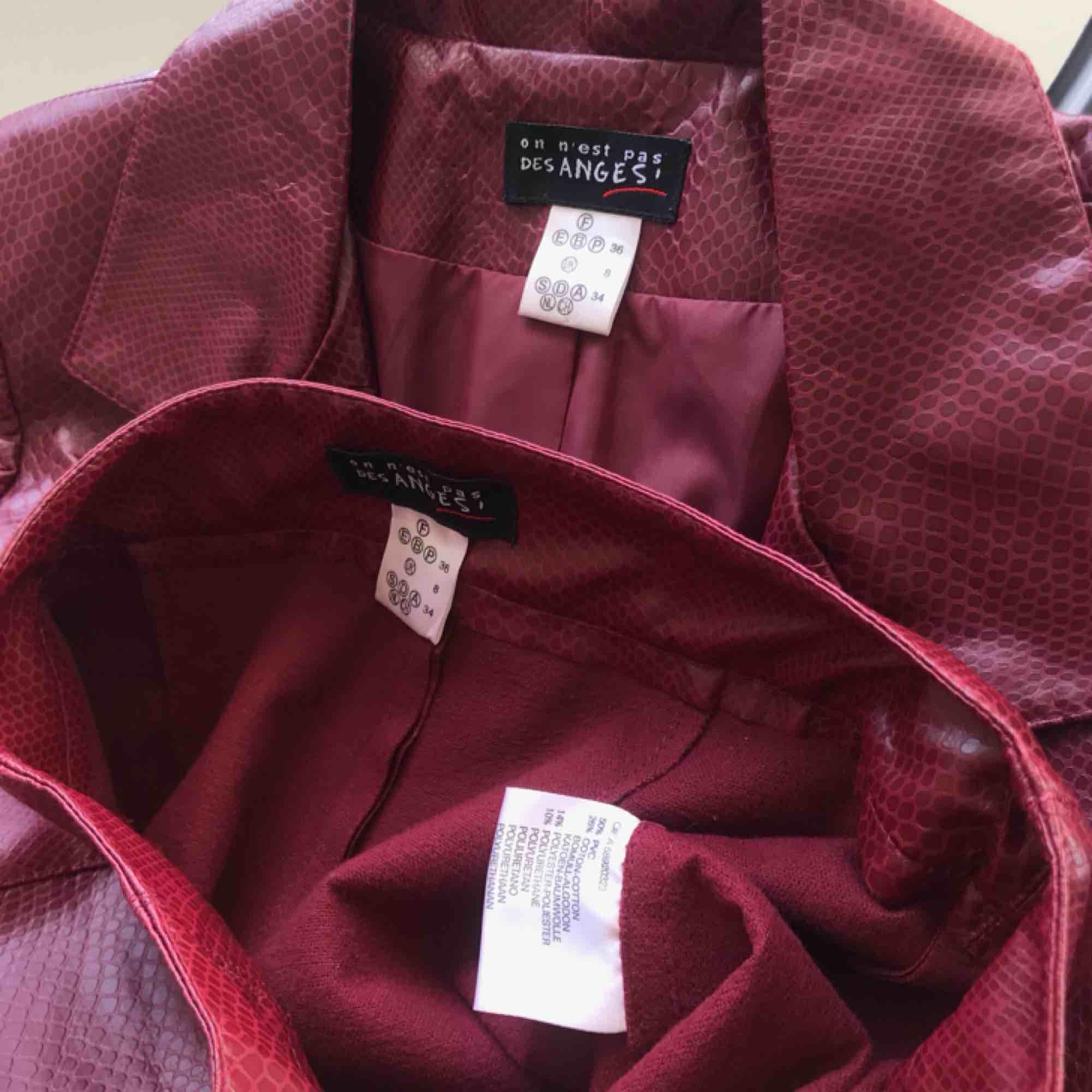 To die for ✨ Fransk kappa och byxor röd snakeprint skinnset som är tyvärr för liten :( Så mycket finare i verkligheten. (ENDAST BYXORNA KVAR!). Kostymer.