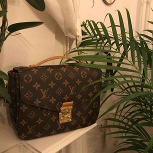Fake Louis Vuitton väska.  Köpt för 250kr, säljer för 150kr + frakt  Använd ca 2 gånger alltså är den som ny, annars inga slitningar eller synliga skador på den. 😜😜 ( Kontakta vid intresse, kan skicka mer bilder osv )
