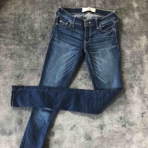 Hollister Jeans. Super skinny, stretch med låg midja.  Nyskick. Nypris ca 500 kr