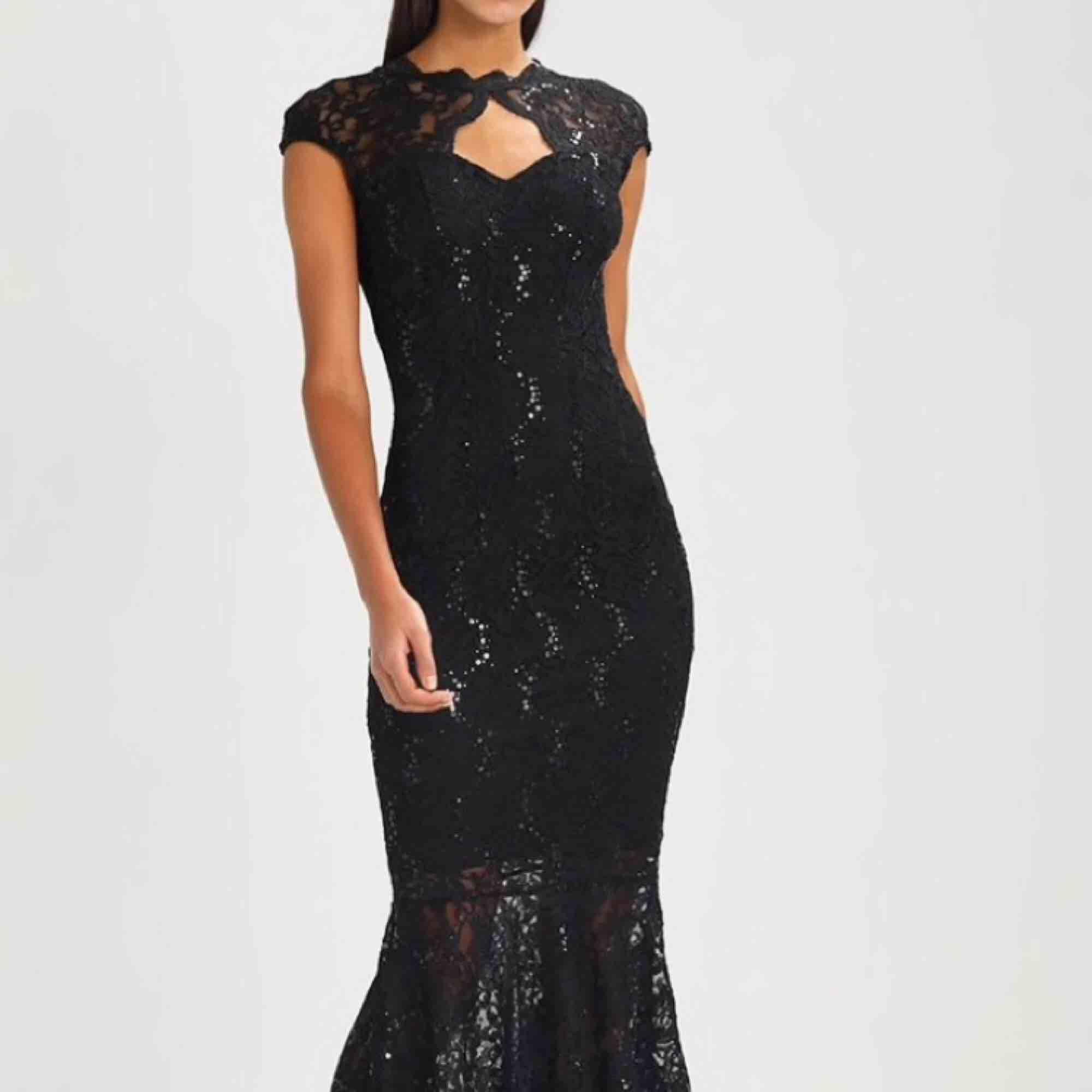 Säljer nu min fina balklänning som är inköpt i år, endast använd under en kort kväll. Flera bilder kan skickas om det önskas, storlek 38💖 Frakt tillkommer🌟. Klänningar.