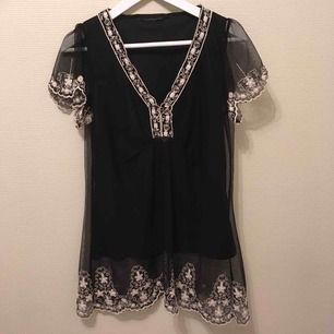 :) Hej varmt välkommen jag säljer här en underbar topp/klänning/tunika  från H&M DIVIDED  i storlek Medium postar endast allt jag säljer eftersom jag helt enkelt inte har tid till att mötas upp. Betalning sker via swish. I priset ingår såklart frakten :)
