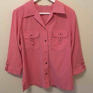 :) Hej varmt välkommen jag säljer här en underbar skjorta från H&M DIVIDED i storlek Medium postar endast allt jag säljer eftersom jag helt enkelt inte har tid till att mötas upp. Betalning sker via swish. I priset ingår såklart frakten :)