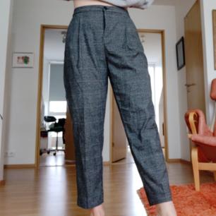 Gråa kostymbyxor från Monki, otroligt snygga och bekväma!! Strl 38. Gylfen ser ut som på bild 3 när man har på byxorna, jag tycker själv inte att det syns så mycket och det är säkert lätt att fixa! 63 kr frakt 💛