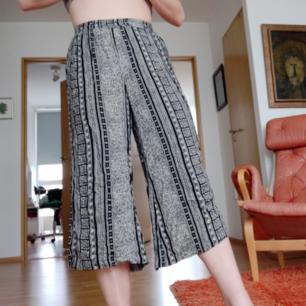 Suupersköna byxor från Indiska! Somriga i tunt material, rätt korta på mig (är 167 cm lång) så passar absolut människor som är kortare! 39 kr frakt 💛