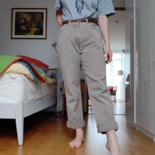 Jättefina jeans i beige färg från Wrangler! Lite för stora för mig (måtten är 34/32) men även då är de snygga med ett skärp så passar även mindre storlekar beroende på önskad passform. 63 kr frakt ☀️