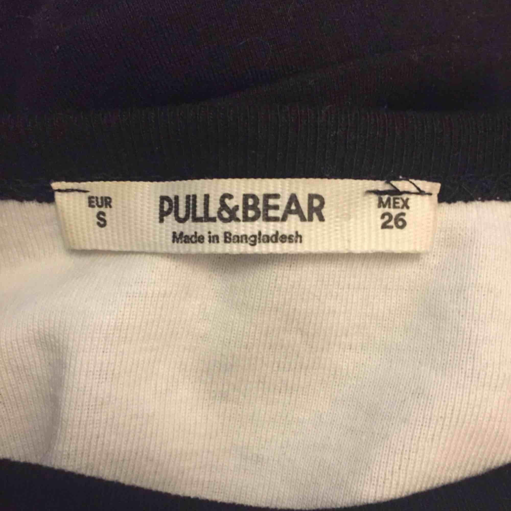 Tröja fån Pull & Bear, möts upp i Stockholm eller skickar då köparen betalar för frakten.. T-shirts.