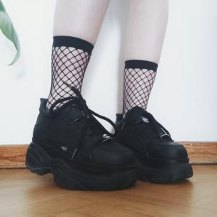 Edgy fishnet strumpor i bra skick! ⛓️😌  Passar super fint till låga skor och har förstärkt tåparti för extra hållbar kvalité ✨  Fri frakt 💌