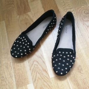 Skor från topshop.  Loafer modell med nitar i strl 36. Använda cirka 2 ggr o har sen bara stått i garderoben
