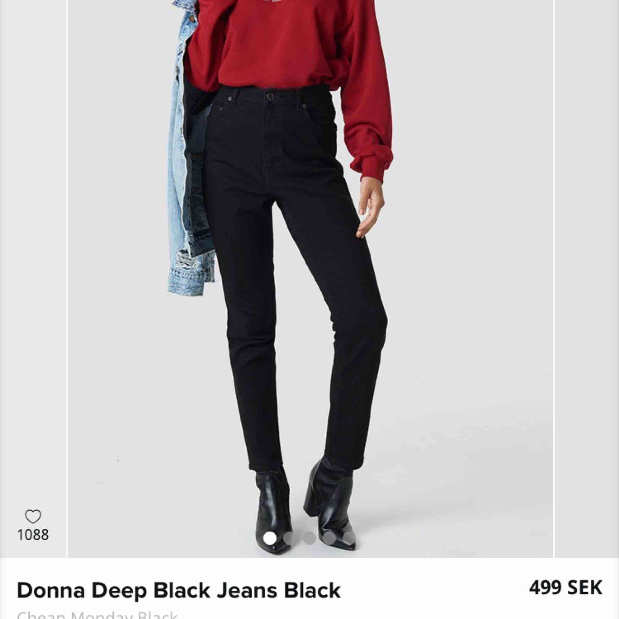 Mom jeans från NA-KD strl 27/32. Säljes då de inte kommer till användning, sitter snyggt på, sparsamt använda och säljes tvättade, i fint skick. 400kr, frakt är inräknat i priset🌻. Jeans & Byxor.