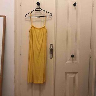 Skön klänning med fint svall, sommarens skönaste plagg