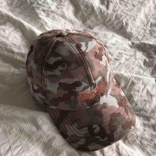 """Dad hat 🧢 från Cayler and Sons i camo med trycket """"fuck what you heard"""". Oanvänd så skicket är perfekt!"""
