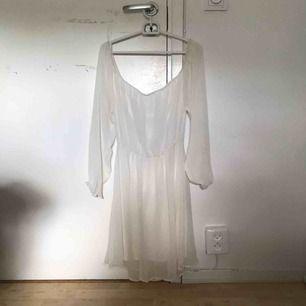 Vit fin klänning som går att ha över axlarna och som offshoulder. Köparen står för frakten