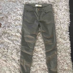 Fina Khaki jeans från Zara i storlek 34