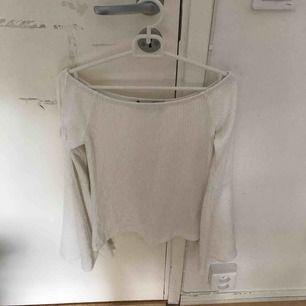 Vit tröja med vida ärmar. Köpare står för frakt