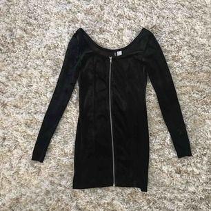 Fin svart bodycon klänning med dragkedja i mitten från H&M.  Frakt tillkommer