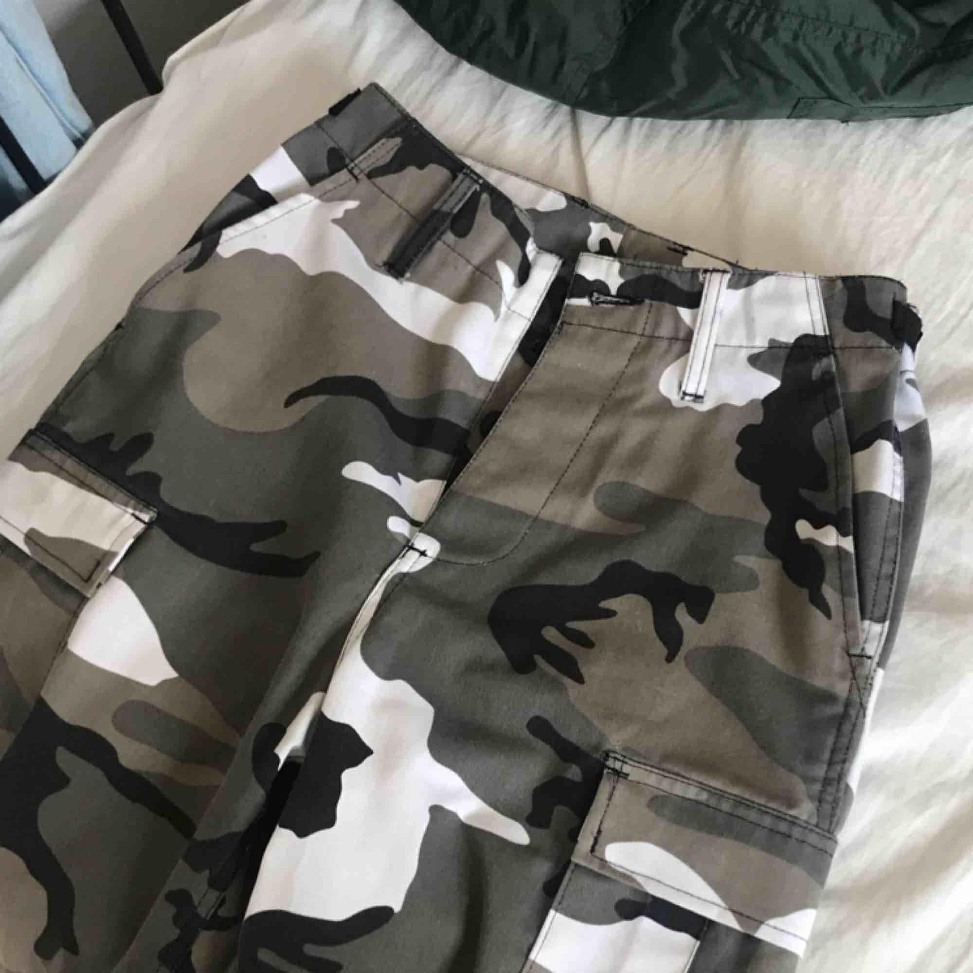 """Skitsnygga militärbyxor, köpta på humana (A-Ö) använda några gånger men i bra skick. Nypris 500kr , köparen står för frakt! Storlek XS(sitter mer som s/m)lite stora på mig men funkar superbra med skärp + de har """"spännband"""" på sidorna. Jeans & Byxor."""