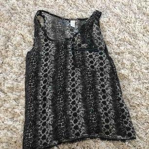 Ormskinn mönstrat linne från Vila i storlek 36 som ny. Frakt tillkommer