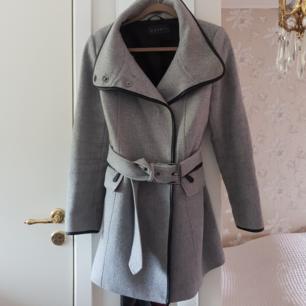 Feminin och snygg kappa från Esprit. Fungerar till både vinter, höst och vår. Måttligt använd. Hål i ena fickan. Nyligen kemtvättad.