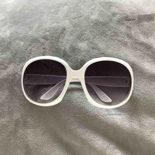STORA vita retro solglasögon, mått inkl båge: höjd ca 6cm, bredd ca 7cm. Fick ett par svarta och dessa vita, köpta i Spanien. Dessa vita är aldrig använda.