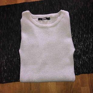 Jätte fin glitter tröja från bikbok som aldrig är använd, super stretchigt material med en slits i ärmen💗