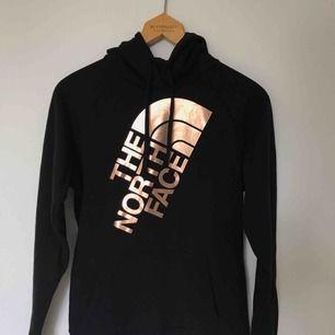Äkta north face tröja med roséguld färgat tryck. Mycket skönt material, knappt använd. Frakt ingår i priset. Priset kan för övrigt diskuteras. Kontakta för mer detaljer!