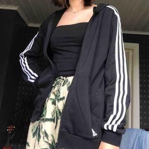 Adidaströja med dragkedja! Säljs pågrund av att den inte används längre. Bra skick, frakt ingår i priset. Kontakta för mer detaljer!