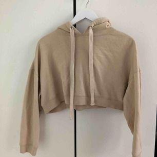 Snygg croppad hoodie från bik bok. Är använd mycket men är ändå i väldigt bra skick. Pris kan diskuteras!🤩🤩 Frakt tillkommer:)