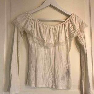 En vit axellös tröja från Hollister. Säljer för att den inte kommer till användning