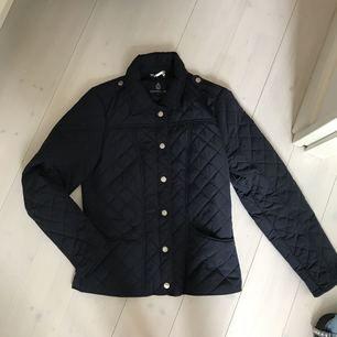 Jacka köpt på mq för 1300. Knappt använd, bra kvalitet. Säljer för 500 inkl frakt! Passar även mig som har 36 i jackor
