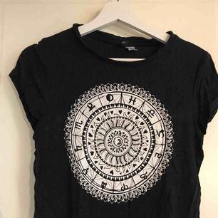 En svart tröja från H&M. Storlek S men själv har jag xs och den passar