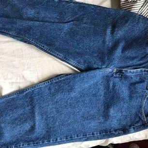 """Ascoola jeans köpta från Beyond retro. Mörk tvättning och cool """"ficka"""". Säljer pga för stora (passar typ M/L) bara använda en gång. Köparen står för frakt"""