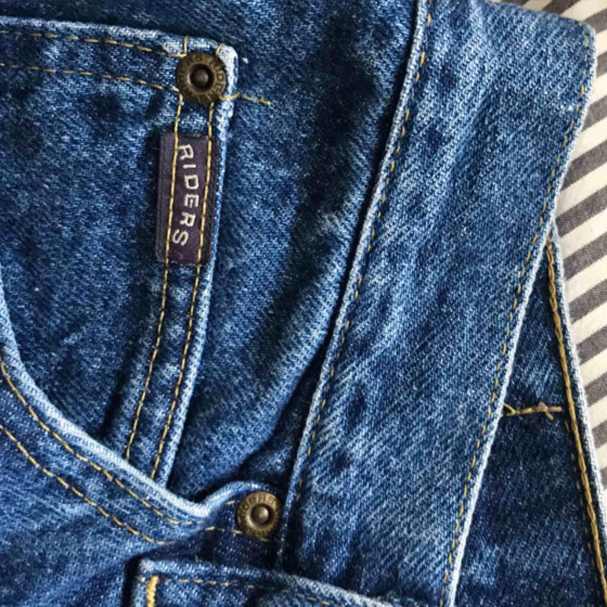 """Ascoola jeans köpta från Beyond retro. Mörk tvättning och cool """"ficka"""". Säljer pga för stora (passar typ M/L) bara använda en gång. Köparen står för frakt. Jeans & Byxor."""