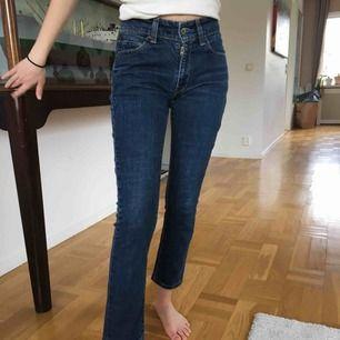 Ett par mörkblå Levi's jeans köpa här på Plick. Fint skick, aldrig använda💘💘Modell 471 slim fit