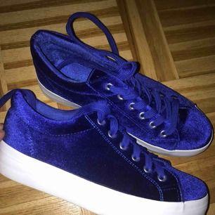 Few times worn beautiful royal blue sneakers :)