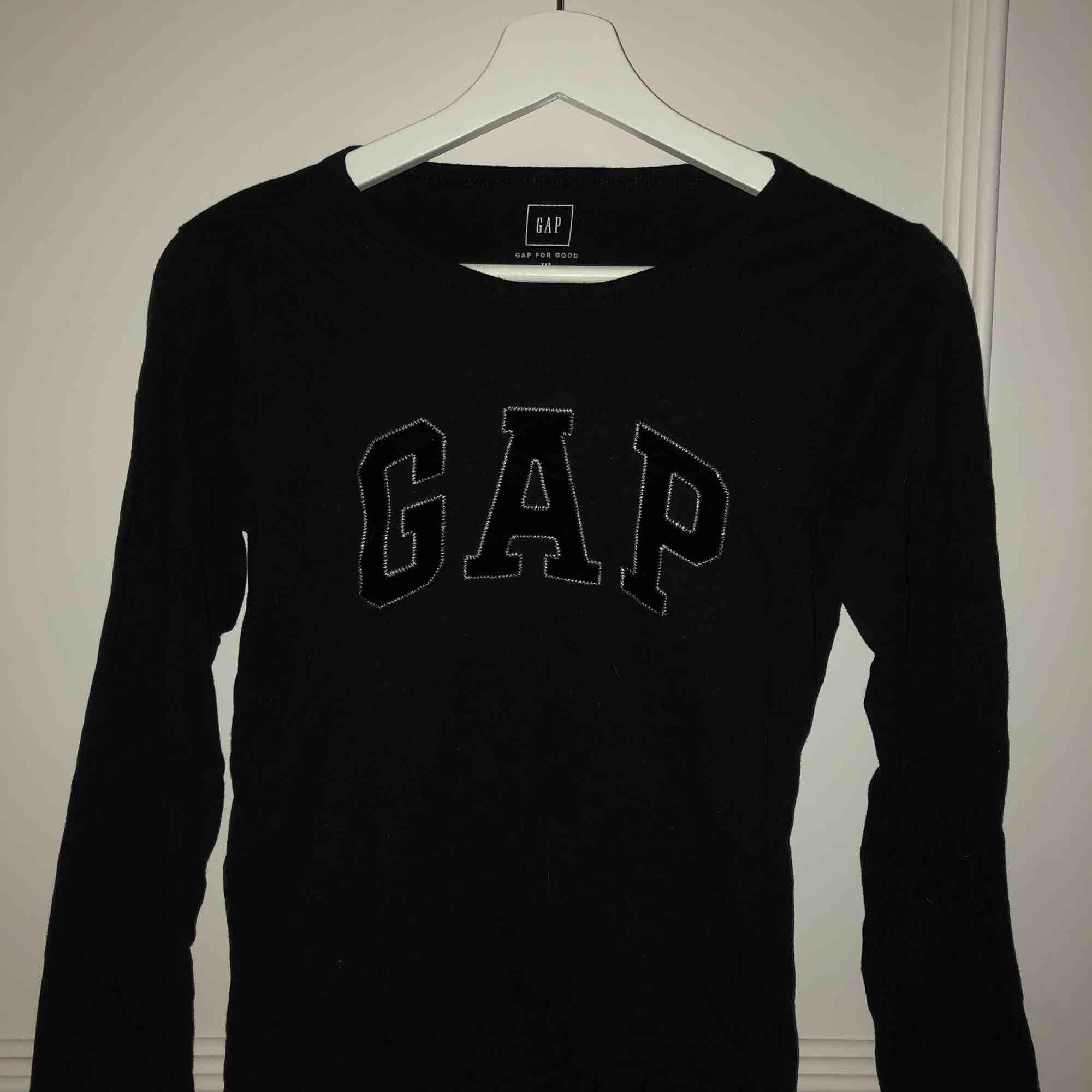 En tröja från gap i strl xxs, jag är normalt strl xs så denna är lite stor i storleken, fin kvalite och knappt använd👐🏽. Tröjor & Koftor.