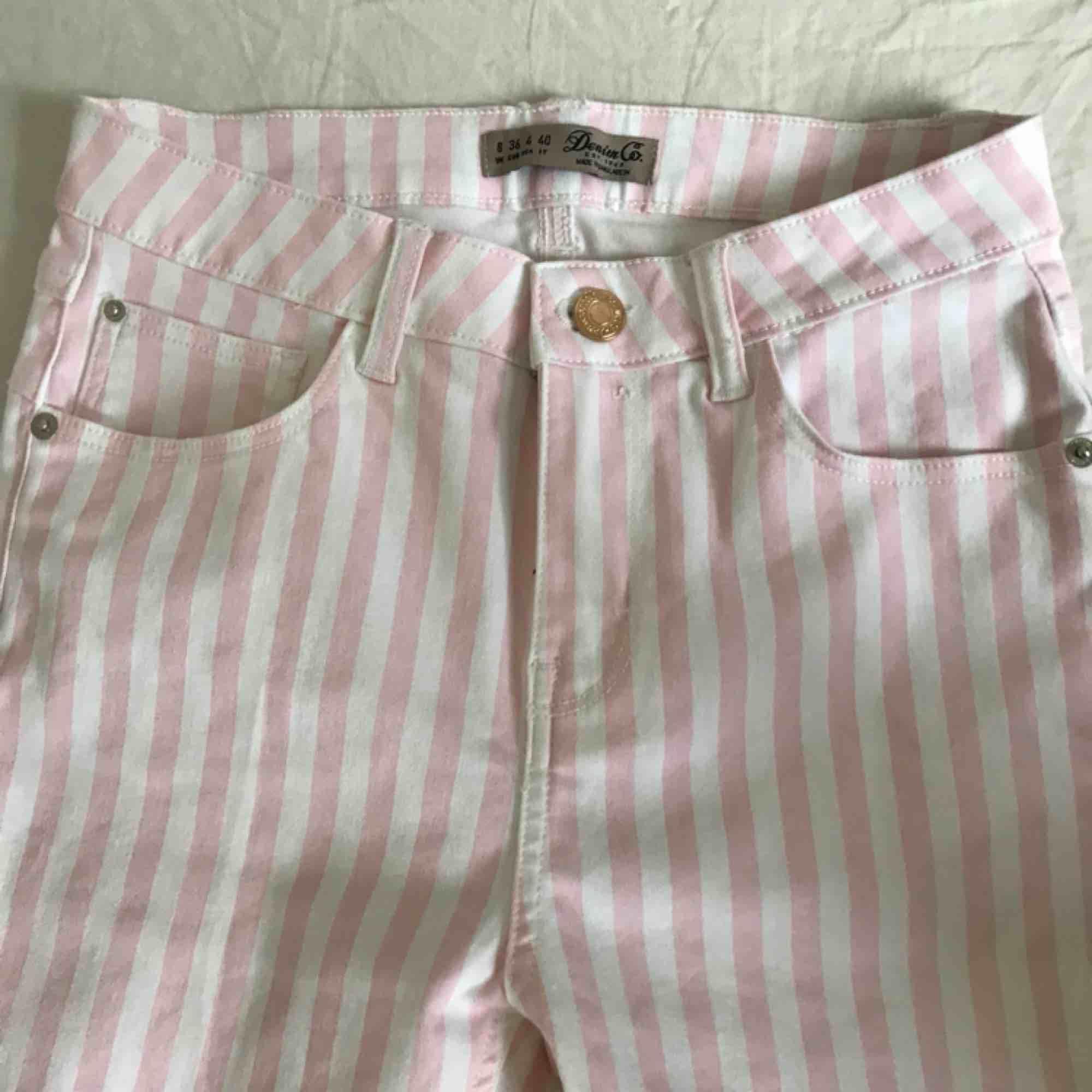 Snygga, stretchiga rosa/vita byxor från primark. Säljer pga för små . Jeans & Byxor.