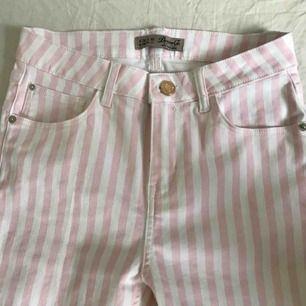 Snygga, stretchiga rosa/vita byxor från primark. Säljer pga för små