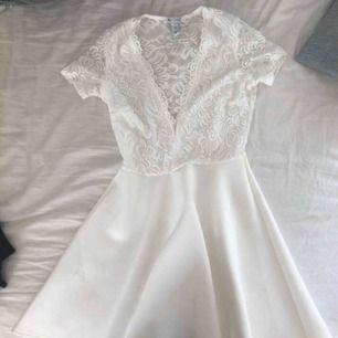 Söt klänning som är använd ett fåtal gånger