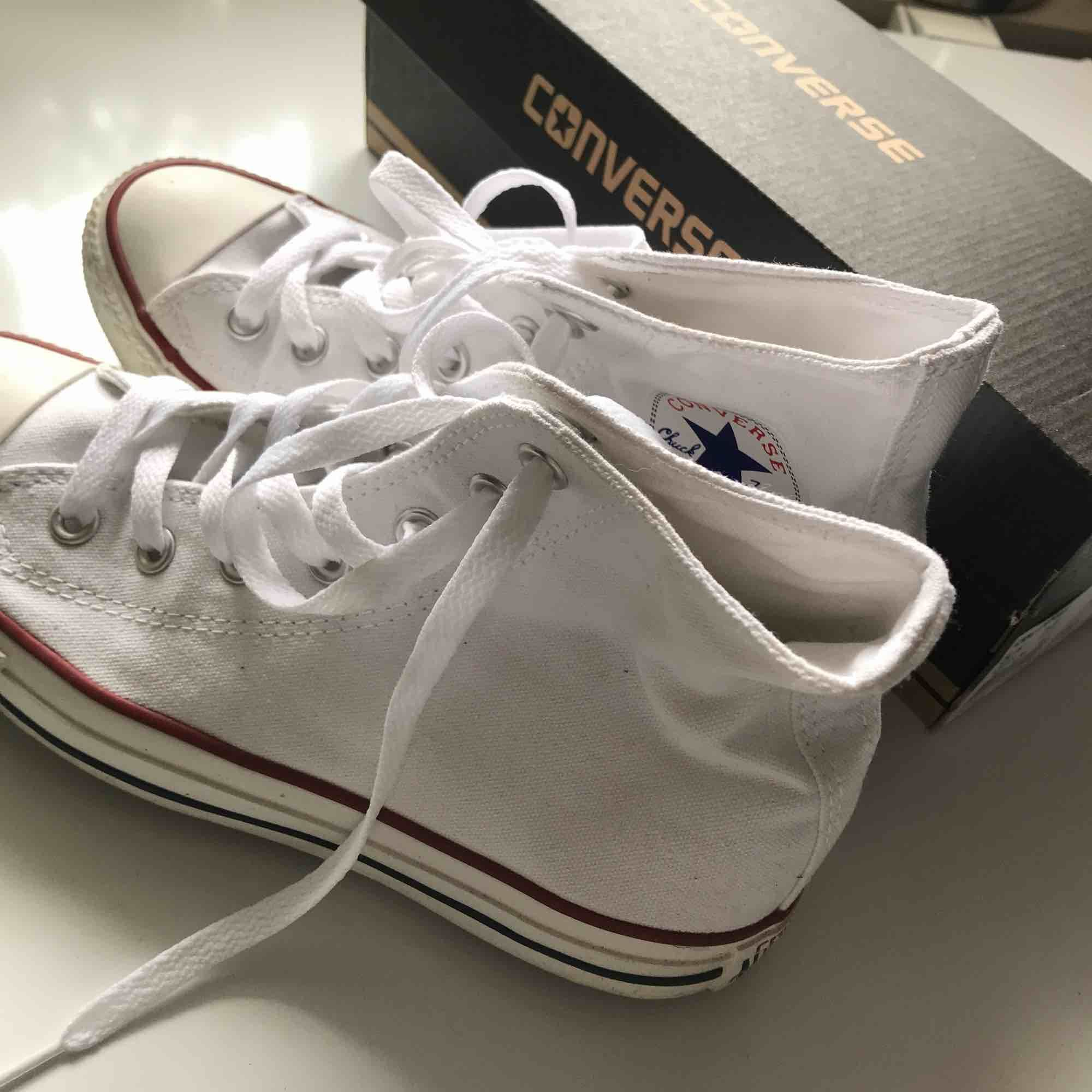 Vita Converse i hög modell, aldrig använda nypris 700kr, Perfekta nu till våren!!  köparen står för frakt ⭐️. Skor.