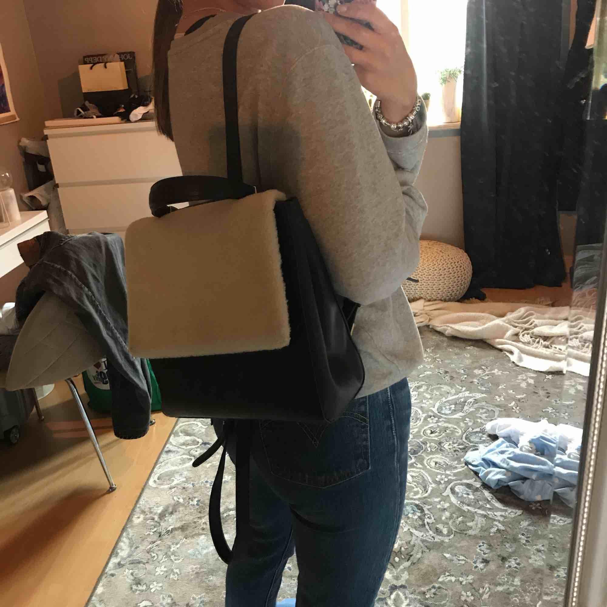 Snygg ryggsäck från Topshop, knappt använd Köparen står för frakt ⭐️. Väskor.
