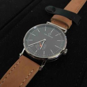 Köpte en klocka från Carl Edmond för cirka ett halvår sedan! Klockan är använd ca 3 gånger, alltså nästan nyskick. Betalade ca 1900kr för den så 500 är ett toppenpris! Kan tänka mig att gå ner i pris vid snabb affär❤️