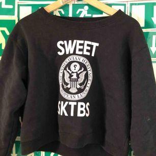 En croppad hoodie från sweet sktbs. Använd fåtal gånger och hänger numera bara och samlar damm.