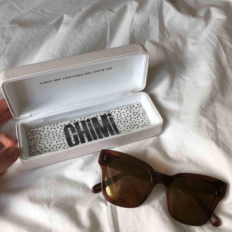 """Säljer dessa solglasögon ifrån Chimi Eyewear. Slutsålda på deras hemsida. Nypris 899kr. Modellen är #005 i färgen Coco. Frakt tillkommer.  (Den lilla """"påsen"""" som de ligger i fattas, se bild på allt som ingår). . Accessoarer."""