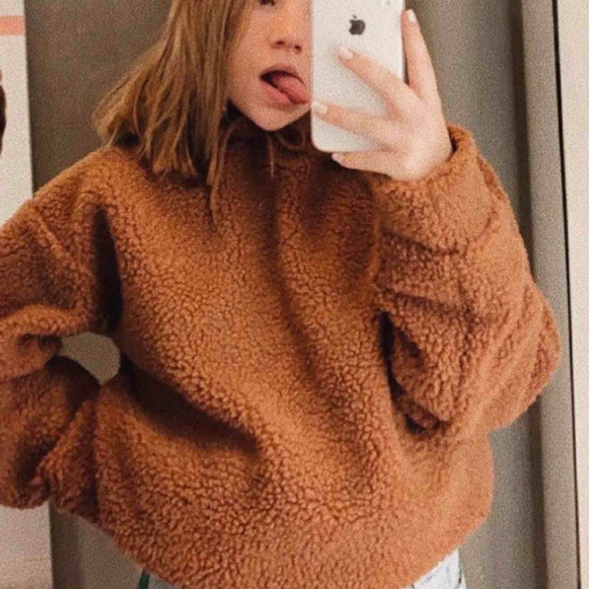 Oversized brun Teddy hoodie från bikbok !! Jätte mysig. Har bara använt 1 gång. Perfekt för när de är kallt eller när man inte orkar ha massa lager med kläder!  Pris kan eventuellt diskuteras. Köpare står för frakt✨. Huvtröjor & Träningströjor.