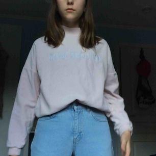 """Ljusrosa tröja med trycket """"Young revolution"""" (powerful? Ja). Ca ett år gammal och använd en del men den börjar bli för liten. Funkar bra att stoppa in i byxorna. Köparen står för frakt!"""