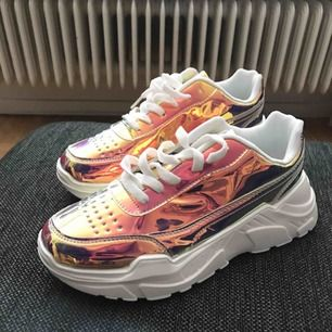 Oanvända sneakers i storlek 40, men väldigt liten i storleken så passar en 38!  Inköpta på Shein   60kr frakt