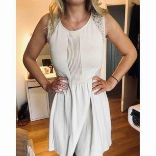 Benvit klänning från H&M. Säljer pga använder den aldrig. Storlek 38, men passar en 36a perfekt (de är jag själv)