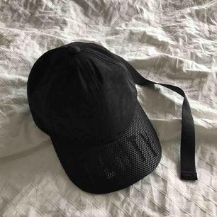 Puma Fenty adjuster nylon hat i svart med nät/mesh och logga på skärmen och buckle logo strap. Helt oanvänd!